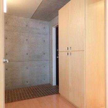 広い玄関スペースも贅沢な空間使いです※写真は別部屋