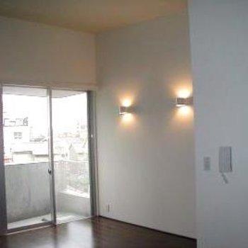 壁には間接照明が付いています