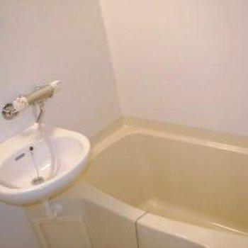 お風呂は洗面台と2点ユニットです