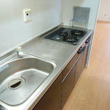 大きなキッチンは3口ガスで使い勝手◎