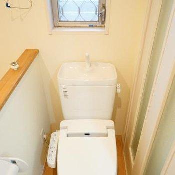 トイレはウォシュレットつきで窓も◎