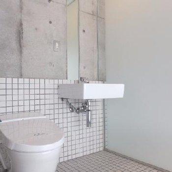 縦長の鏡がついた洗面スペース