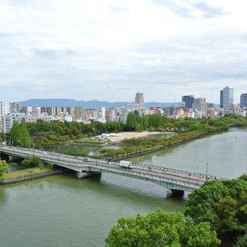 共用部から見える大川と源八橋です