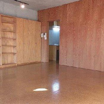 床はコルクフローリング※写真は別部屋です