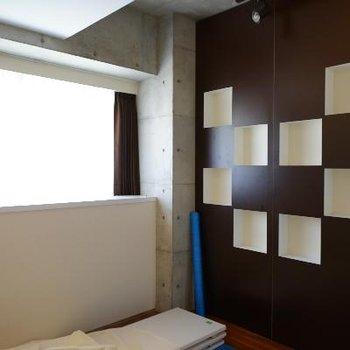 5.5帖の寝室も明るいです♪※清掃中の写真です
