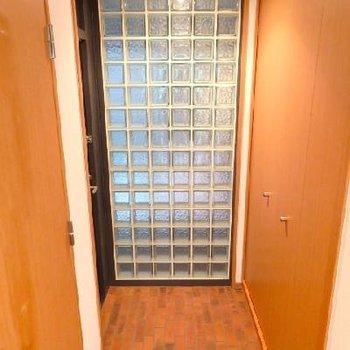 ガラスタイルの玄関