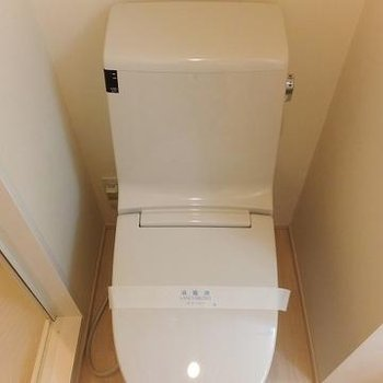 お風呂横にウォシュレット付きのトイレが。※写真は別部屋です