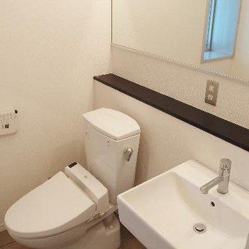 大きな鏡のあるトイレと洗面台