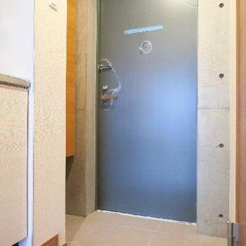 玄関はこちらに。