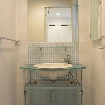 涼しげなブルーのタイルがかわいらしい独立洗面台。※写真は別部屋です
