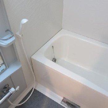 お風呂は普通サイズですが追い焚き・浴室乾燥機付き。※写真は別部屋です