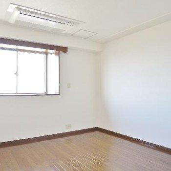 ここは洋室。ここもはめ込み型のエアコンでした。