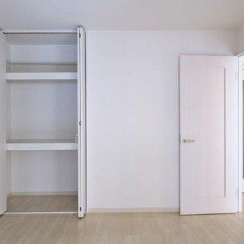 こちらのお部屋にも収納あります!
