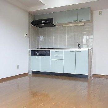 淡いブルーのキッチン。※写真は同タイプの別部屋