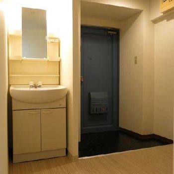 玄関のすぐ隣が洗面台です。(※写真は反転別室)