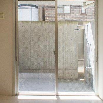 大きな窓の洋室にはエアコン付き