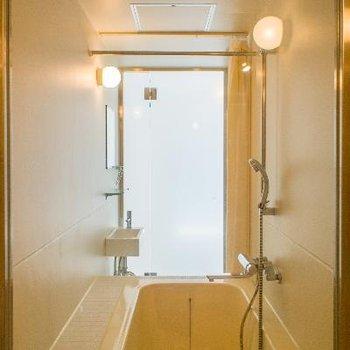 トイレ側から見たバスルーム※浴室乾燥機付き