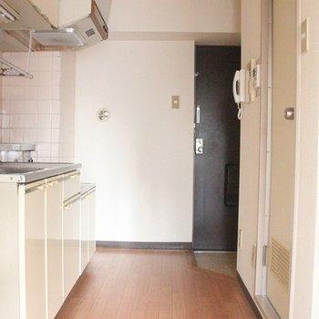 キッチンと水回りの間を抜ける廊下も余裕の広さです