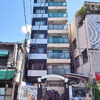 しゅっとしたビルの上階に!