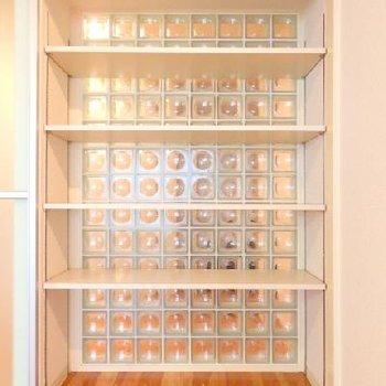 タイルガラスの可動式収納棚。