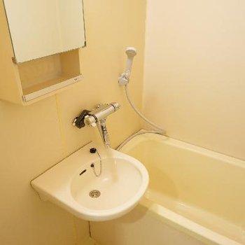 洗面台との併設のお風呂ですが、追い焚き付いてます!