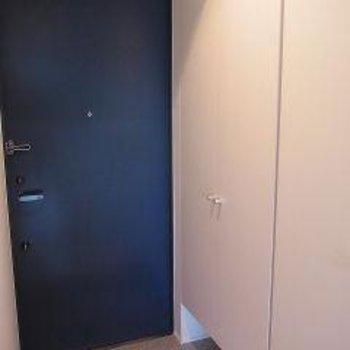 ブルーの玄関ドアがアクセント