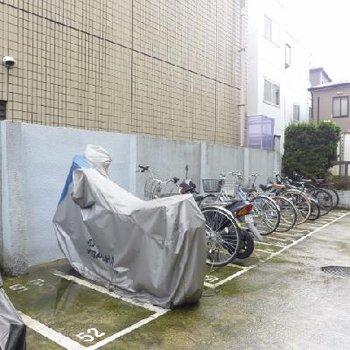 駐輪場は屋根はありません。