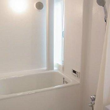 窓から自然光が入ります。浴槽大きめ。※写真は別のお部屋です