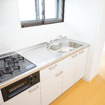 キッチンはゆったり2口ガスで◎