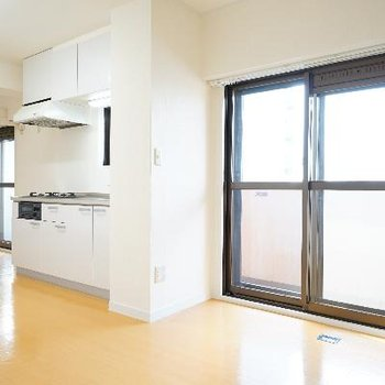 窓が多くて明るい室内です♪