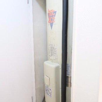 電気温水器は室内に、、