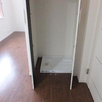キッチン後ろに洗濯機置場があります