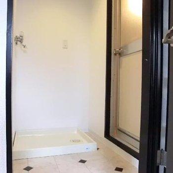 こちらが洗濯機置き場。小さな脱衣所?