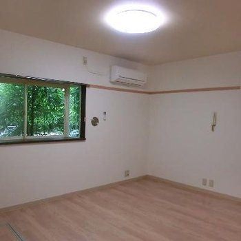 お部屋に入るとまずはこんな感じ。出窓がいいですね。