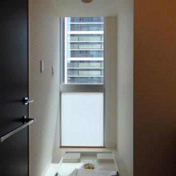 洗濯機置き場にも窓。とにかく明るい部屋