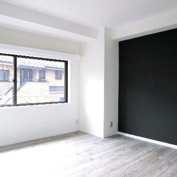 洋室③ここはブラッククロス。黒板みたいにお絵かきも大丈夫だそうです♪