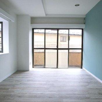 洋室①エメラルドのアクセントクロス。出窓がいいです。