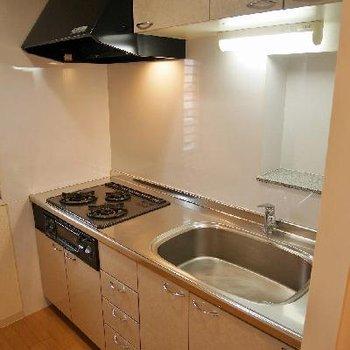清潔感あふれる3口コンロ、キッチン用品を置けるちょっとしたスペースが嬉しいですね。