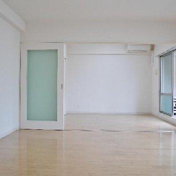 白い壁がまぶしい、リビングと洋室。エアコン完備。