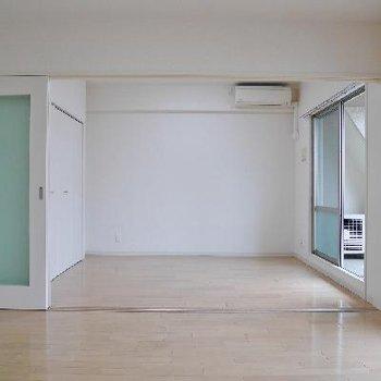 お部屋を2つに分けても、どちらの窓からもバルコニーに出られます !