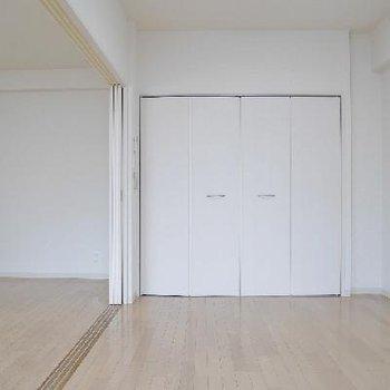 寝室側には収納があります。