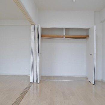 洋室の収納。奥行きはないけれど、幅は広い。