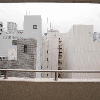 窓からの景色はビルばかり・・・ですが、いい風入ってきました !