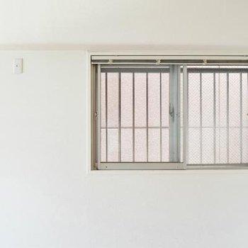 窓は二重窓になっています。