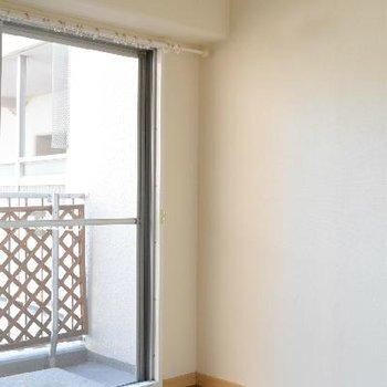リビングの奥、コンパクトな5帖洋室からも、バルコニーに出られます。