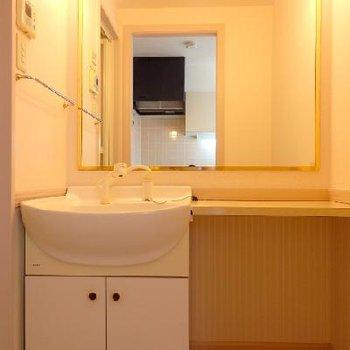洗面台には大きな鏡と化粧台!