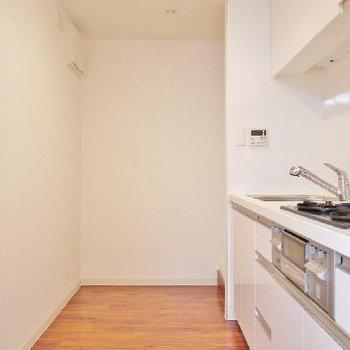 奥に冷蔵庫の設置できるスペースあります!