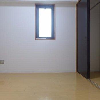 寝室の窓は小さいです