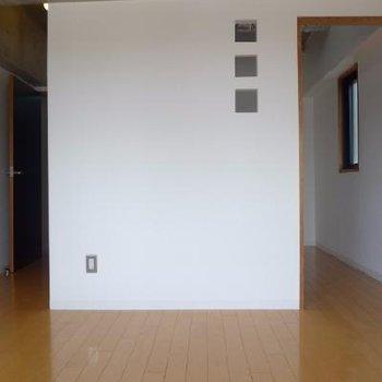 この壁の向こうがキッチンスペース
