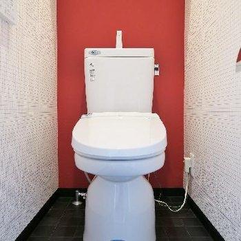 トイレはシンプルに、赤。